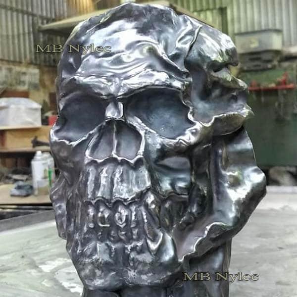 Metallrelief - Schädel an einer Stahlwand - Metallarbeiten - Katalognummer Z68